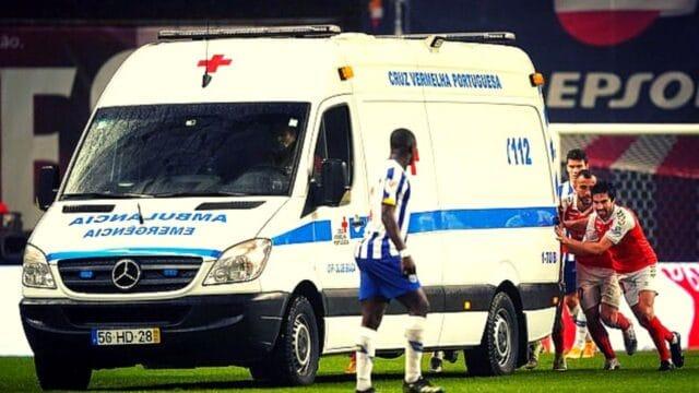 Δεν έγινε στην Ελλάδα! Χάλασε το ασθενοφόρο και το έσπρωχναν παίχτες!(VID)