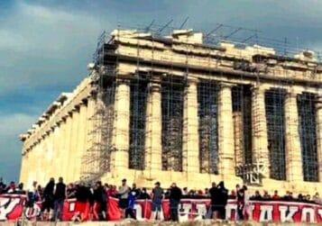 Καλοί οι πανηγυρισμοί αλλά όλα έχουν ένα όριο – Οπαδοί του Ολυμπιακού έκαναν γήπεδο την Ακρόπολη!