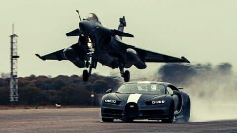 H Βugatti Chiron Sport στα ίσα με το  μαχητικό αεροσκάφος – Μόνο που δεν απογειώθηκε! (Vid)
