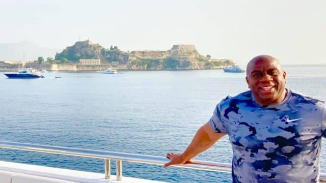 Δεν το βάζει κάτω ο Μάτζικ Τζόνσον! Διακοπές στην Κέρκυρα και γυμναστική στα 61 του! (pics)