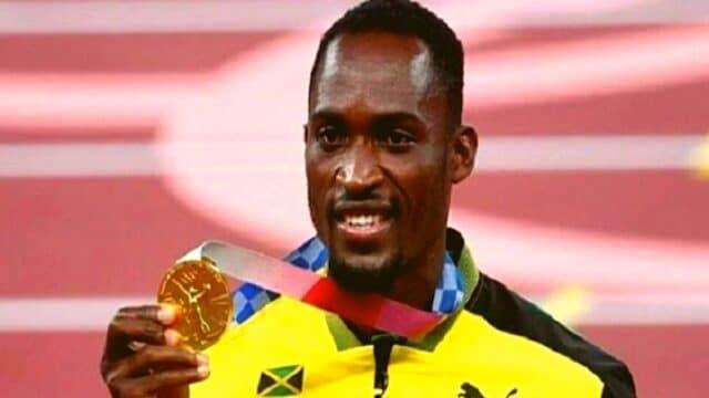 """Εθελόντρια """"χάρισε"""" το χρυσό σε Τζαμαϊκανό, που έχασε το δρόμο!  (vid)"""