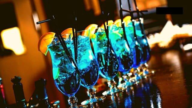 Cocktails & Bars: Μήπως ήρθε η ώρα να δοκιμάσεις την Μπλε βότκα;