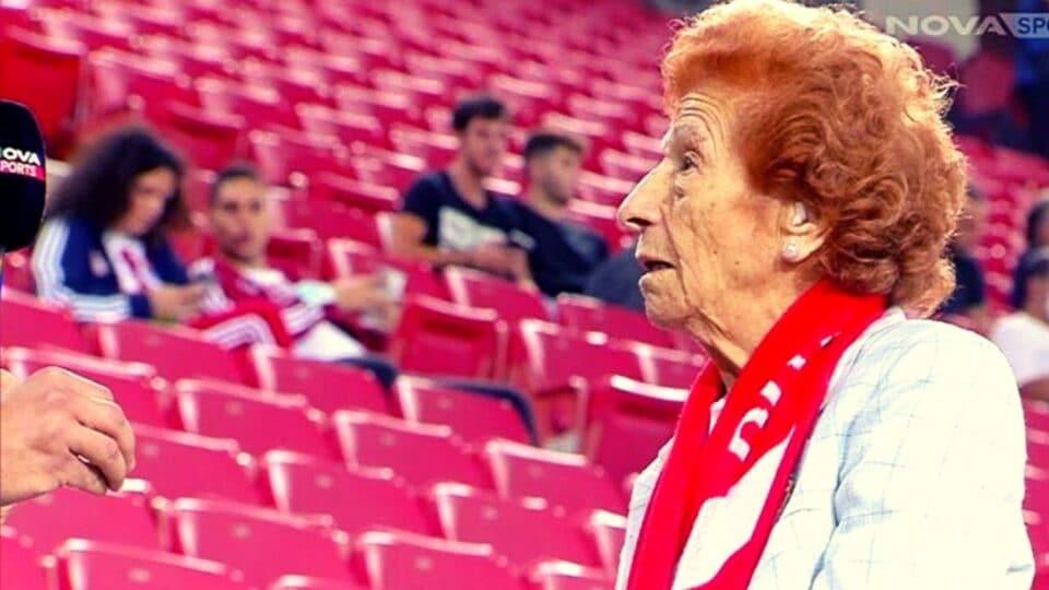 Στα 92 χρόνια της έκανε το εμβόλιο για την αγάπη της να βλέπει τον Ολυμπιακό!