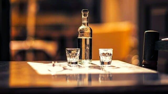 "Cocktails & Bars: Το… μεγάλο ""Κρητικό"" δίλημμα είναι πολύ σοβαρό – Ρακή ή Τσικουδιά; (Vid)"
