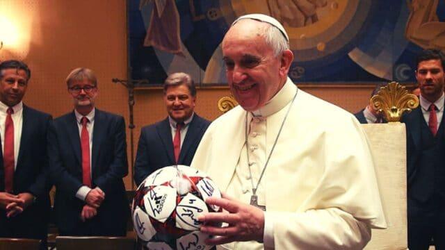 """Μεγάλη """"μπαλαδόφατσα"""" ο Πάπας!"""